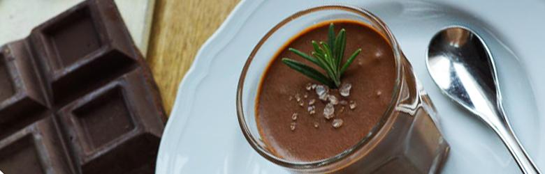 Chocolademousse met zeezout en rozemarijn